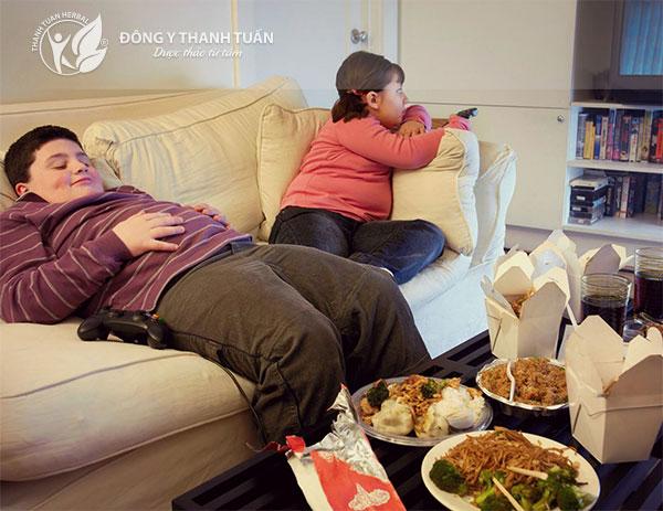 Nằm ngay sau khi ăn làm tăng cơn đau và các triệu chứng trào ngược dạ dày