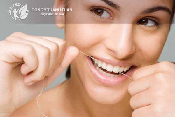 Dùng chỉ nha khoa sẽ hết hôi chân răng nhanh chóng.