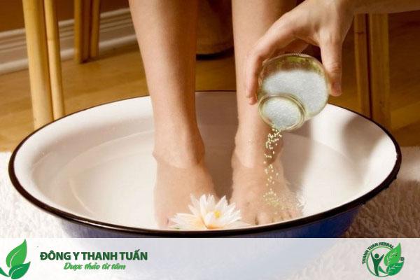 Ngâm chân vào nước muối ấm giúp điều trị đau nhức chân hiệu quả