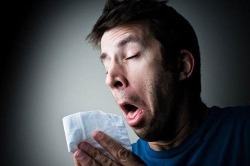 Hắt xì hơi là biểu hiện dễ thấy nhất của viêm mũi dị ứng
